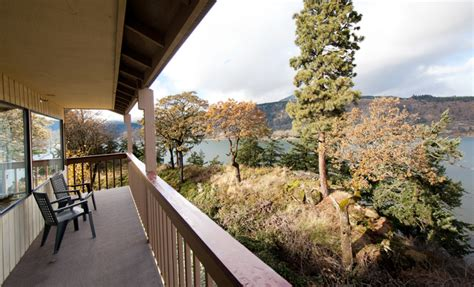With hikes, swimming holes, cheap eats, kiteboarding, windsurfing, snowboarding & skiing all within a short drive: Westcliff Lodge (Hood River, OR) - Resort Reviews ...