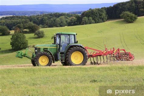 fototapete traktor mit grubber auf dem acker pixers