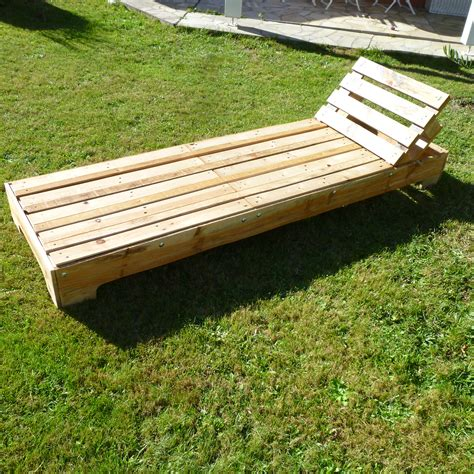 chaise longue en bois bain de soleil palette tout en palettes