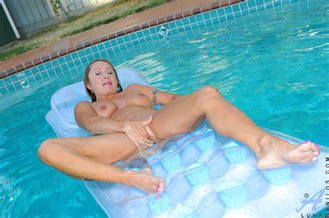 Mommy Enjoying Pool Hidden Curvy Bride With Biggest Tit Enjoying Her Bar While Floating