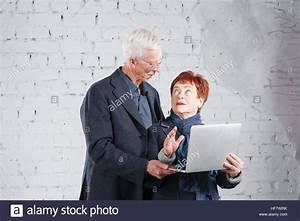 Kuscheln Auf Englisch : alte leute halten einen laptop und ber das internet zu kommunizieren gl cklich l chelnd opa ~ Eleganceandgraceweddings.com Haus und Dekorationen