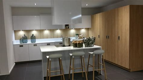 cuisine blanche avec ilot central cuisine blanche et bois avec ilot wraste com
