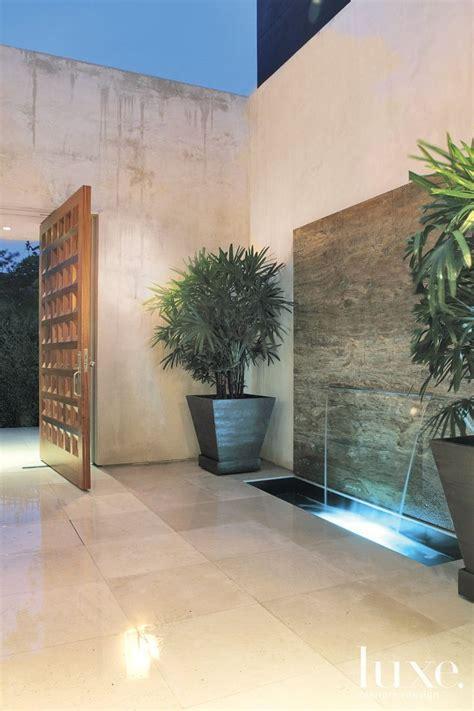 modern open air courtyard  fountain luxe entries foyers casas patio moderno hogar