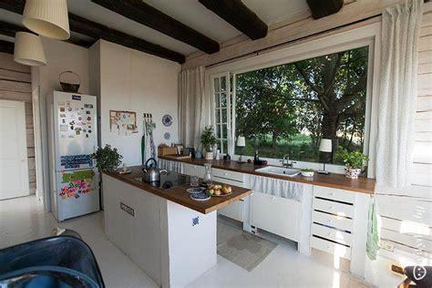 Большая белая кухня с островом от Икеа в загородном доме