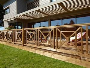 Balustrade Extérieure Pas Cher : une balustrade graphique en bois qui s 39 harmonise avec le style de la maison maisonapart ~ Preciouscoupons.com Idées de Décoration