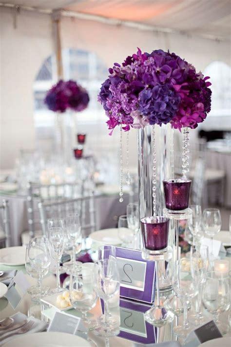 moderne kreativ gestaltete tischdeko zur hochzeit  lila