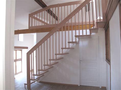 escalier bois droit avec barreaudage en bois l 233 ger moderne