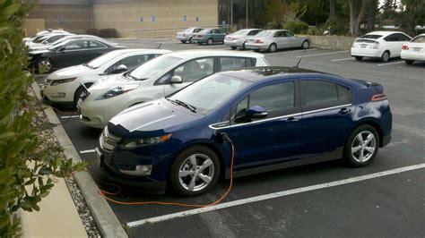 File:Chevy Volt & Nissan Leaf.jpg - Wikimedia Commons