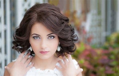 Модные женские прически на среднюю длину волос