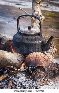 Offenes Feuer Auf Eigenem Grundstück : alten wasserkocher ber lagerfeuer stockfoto bild ~ Lizthompson.info Haus und Dekorationen