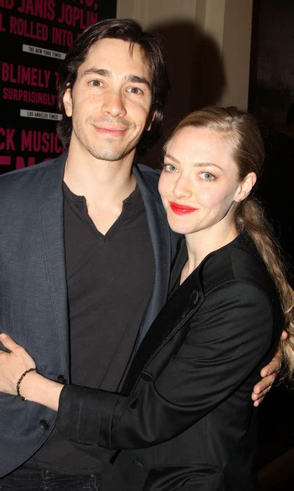 How To Make Dating Official by Amanda Seyfried And Justin Make Their Official