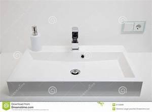 lavabo blanc simple dans une salle de bains image stock With prise dans salle de bain
