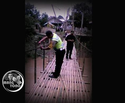 Ferry Hariyanto by Bripka Asep Hariyanto Bersama Warga Perbaiki Jembatan