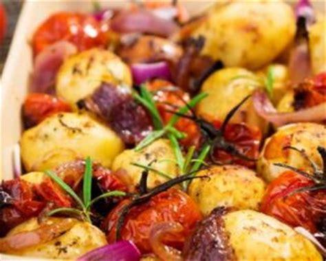 cuisiner les tomates cerises recette de pommes de terre et tomates cerises rôties au four