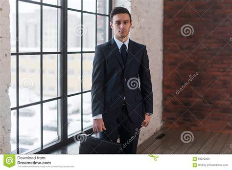 ufficio sta lavoro giovane uomo serio sta la finestra vicina dell ufficio