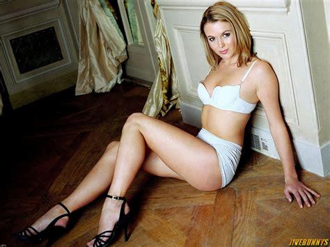 Amanda Holden Sexy Pictures