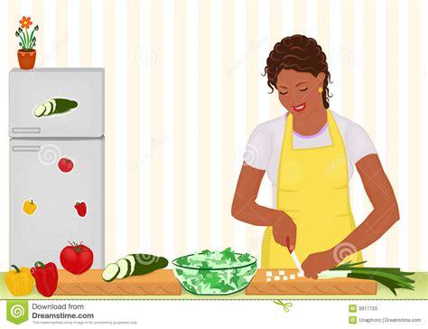 femme dans la cuisine femme africaine faisant cuire la salade dans la cuisine