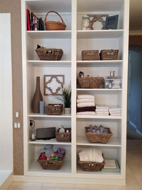 tips  organizing open bathroom shelves