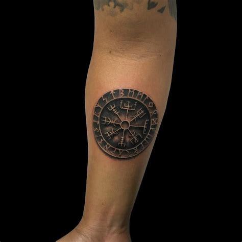 wikinger unterarm blackword mit einem wikinger runenkompass auf dem unterarm kaya wikinger kompass