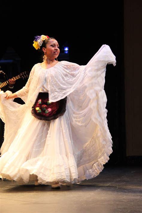Veracruz Mexico representa el traje tipico y es conocido