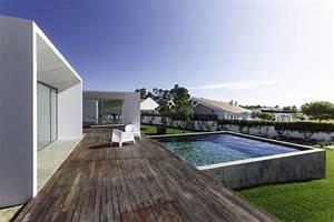 Amenagement piscine en bois 24 exemples de designs for Amenager un petit jardin carre 12 maison moderne avec grandes fenetres baies vitrees et