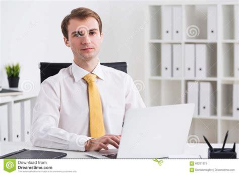commis bureau homme d 39 affaires dans le bureau image stock image du