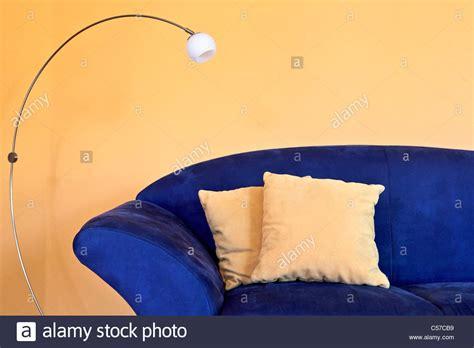 Un Divano Blu Con Lampada Da Lettura E Cuscini Di Colore
