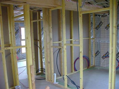 cloison en bois interieur on continue les cloisons maison en bois 224 toit plat karelis