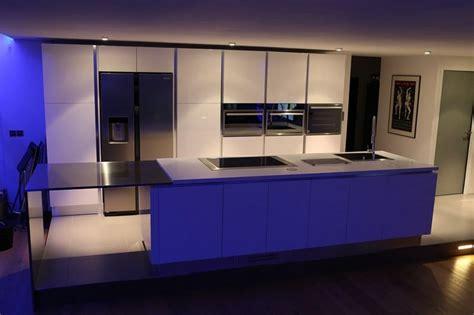 poignee porte de cuisine cuisine sigma en laque brillante blanche gorges en inox