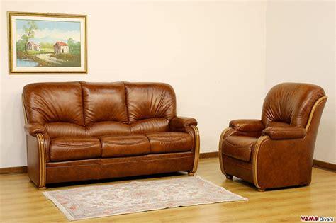 divano e poltrona divano scorniciato con legno a vista e schienale alto