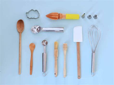 indispensable cuisine ustensile patisserie indispensable table de cuisine