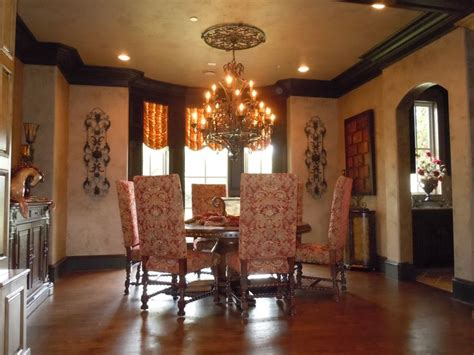 The Blakely's Dining Room Features A Great Ceiling