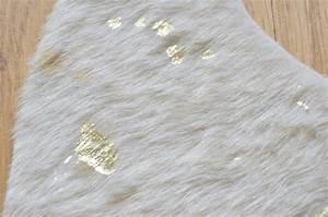 Tapis Imitation Peau : tapis peau tapis peau beige et or tr s lumineux tapis imitation de peau parfaite ~ Teatrodelosmanantiales.com Idées de Décoration