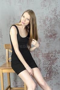Schönes 10 Jähriges Mädchen : d nnes sch nes rothaariges m dchen in einem schwarzen minikleid mit einem stuhl stockbild bild ~ Yasmunasinghe.com Haus und Dekorationen