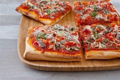 cuisine facile et originale recette de pizza très tomatée aux anchois et thym frais