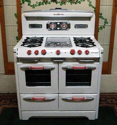 vintage gas stove   days  revere ware copper cookware     pre