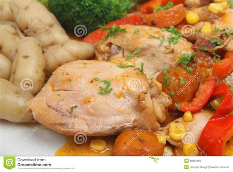 cocotte en terre de poulet et pommes de terre de primeurs