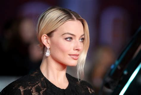 Margot Robbie Does Brad Pitt's BAFTA Speech, Jokes About ...