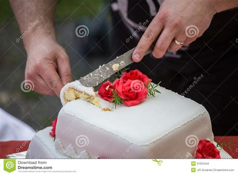 how to cut a wedding cake cutting the wedding cake stock images image 31531244