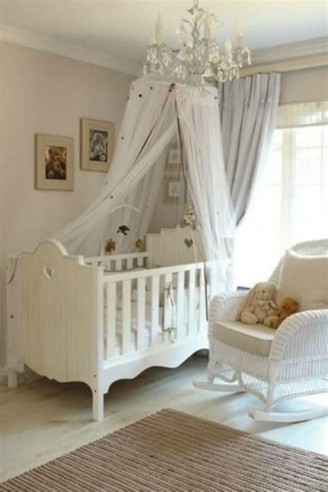 chambre bebe bois blanc le ciel de lit bébé protège le bébé en décorant sa chambre