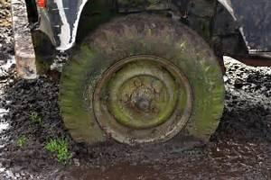 4x4 Dans La Boue : pneu plat dans la boue photo stock image du cordon automobile 18556118 ~ Maxctalentgroup.com Avis de Voitures