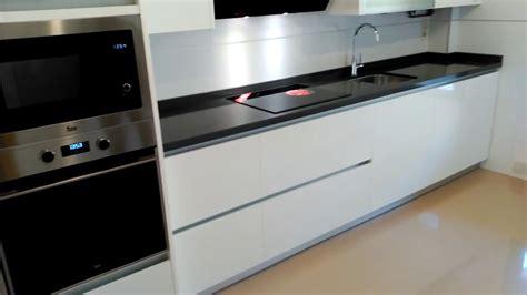 muebles de cocina blanco brillo  tirador gola aluminio