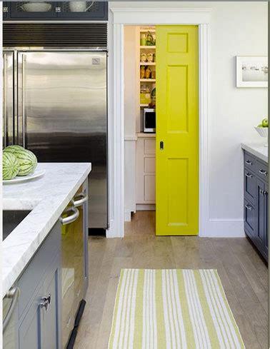 cuisine peinte en gris couleur cuisine meubles gris porte jaune