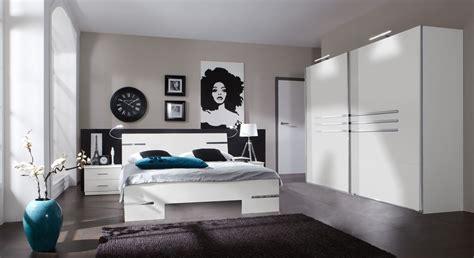 Weißes Komplettschlafzimmer Mit Modernem Futonbett Manati