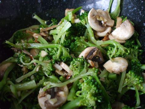 cuisiner brocolis frais salade de brocoli et chignons la végétarienne