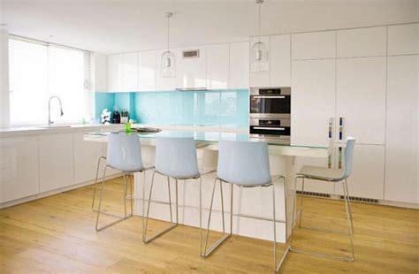 cuisine blanche et bleue crédence bleue une astuce déco pour dynamiser sa cuisine