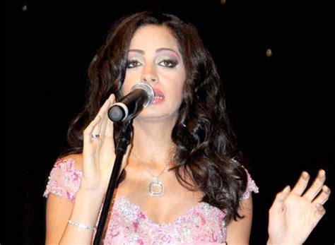 آمال ماهر) (ولد 19 فبراير 1985)، مغنية مصرية. آمال ماهر تغني في حفل «صناع الحياة»