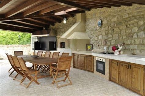 cuisine d été moderne aménager une cuisine d été dans le jardin tables en bois