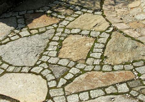 polygonalplatten verlegen kiesbett unregelm 228 223 ige natursteinplatten polygonalbelag