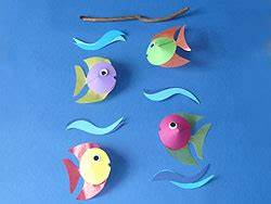 Bastelideen Sommer Kindergarten : mobile basteln aus bunten fischen basteln gestalten ~ Frokenaadalensverden.com Haus und Dekorationen